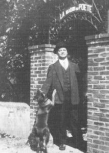 Tristan Derème devant sa maison à Saint-Pée